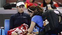 Světová tenisová jednička Garbiňe Muguruzaová se nechává ošetřovatna turnaji v Pekingu.