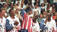 Michael Jordan (druhý zprava) na OH 1992 v Barceloně, na snímku s ním dále jsou Larry Bird (vlevo), Scottie Pippen a Clyde Drexler (vpravo).