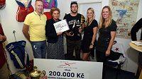 Organizátoři hokejového Retrocupu věnovali bývalému reprezentantovi Janu Alinčovi, který před rokem a půl utrpěl vážný úraz a je upoután na invalidní vozík, tisíce korun.