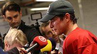 Sidney Crosby odpovídá po kanadském tréninku na otázky novinářů.