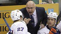 Trenér New York Islanders Barry Trotz uděluje pokyny Andersi Leemu (č. 27).