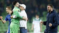 Liberecký kouč Jindřich Trpišovský v objetí s gólmanem Tomášem Koubkem.
