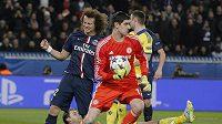 Brankář Chelsea Thibaut Courtois, za ním naštvaný David Luiz z PSG v prvním osmifinále LM.