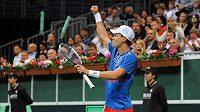 Český tenista Tomáš Berdych oslavuje vítězství v utkání semifinále Davis Cupu s argentinským Leonardem Mayerem.