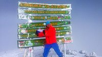 Martin Prokop s českou vlaječkou na vrcholu Kilimandžára.