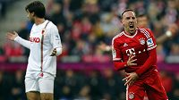 Hvězda Bayernu Mnichov Franck Ribéry (vpravo) a český záložník Augsburgu Jan Morávek.