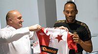 Kapverdský fotbalista Fernando Neves (vpravo) převzal z rukou generálního ředitele klubu Jaromíra Šeterleho (vlevo) dres mužstva SK Slavia Praha.