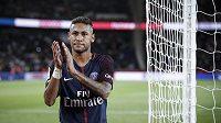 Neymar před fanoušky PSG po utkání s Toulouse.