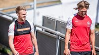 Dánští fotbalisté Nicolai Jorgensen a Jannik Vestergaard během tréninku před MS.
