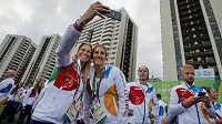 Tenistka Andrea Hlaváčková (vlevo) a skifařka Miroslava Topinková Knapková si pořizují selfie před slavnostním nástupem.