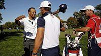 Kapitán týmu USA Tiger Woods (vlevo) gratuluje Brooksu Koepkovi.
