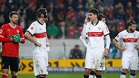 Stuttgartský Marcin Kaminski (35) gestikuluje směrem ke Christianu Gentnerovi při utkání se Schalke.