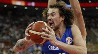Ondřej Balvín v akci na mistrovství světa v basketbalu v souboji s Polskem.