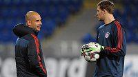 Brankář Bayernu Mnichov Manuel Neuer (vpravo) a trenér bavorského týmu Josep Guardiola při tréninku v Plzni.