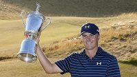 Americký golfista Jordan Spieth pózuje s trofejí pro vítěze US Open.
