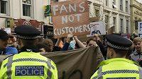 Fanoušci Chelsea protestují proti účasti svého klubu v Super lize.