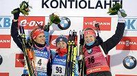 Medailistky z vytrvalostního závodu žen: (zleva) stříbrná Gabriela Soukalová, vítězka Jekatěrina Jurlovová z Ruska a bronzová Kaisa Mäkäräinenová z Finska.