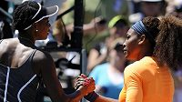 Serena Williamsová (vpravo) porazila v semifinále turnaje v Charlestonu svou starší sestru Venus.