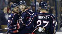 Hokejisté Columbusu se radují z gólu, kterých proti Montrealu nastříleli deset.