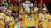 Švédští hokejisté se těší z mistrovského poháru.