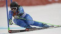Slovinka Tina Mazeová na cestě k vítězství v obřím slalomu.