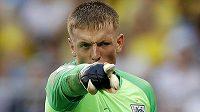 Anglický brankář Jordan Pickford gestikuluje směrem ke spoluhráčům.