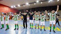 Hráči Bohemians Praha se radují z vítězství na vánočním turnaji fotbalových internacionálů.