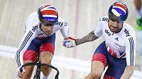 Britští cyklisté Sir Bradley Wiggins (vpravo) a Mark Cavendish v cíli bodovacího závodu na MS.