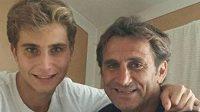 Niccolò a Alex Zanardiovi na starším snímku, který syn zveřejnil na Facebooku.