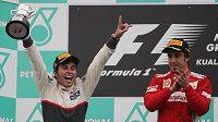 Mexičan Sergio Pérez a Španěl Fernando Alonso na pódiu při slavnostním vyhlašování po Velké ceně Malajsie.