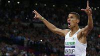 Alžírský mílař Taufik Machlufí oslavuje triumf na olympiádě v Londýně.