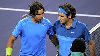 Rafael Nadal (vlevo) gratuluje Rogeru Federerovi k postupu do finále turnaje v Indian Wells.