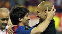 Pep Guardiola se po vyhraném finále domácího poháru objímá s Lionelem Messim.