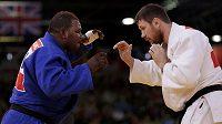 Konžský judista Cedric Mandembo (vlevo) prohrál v 1. kole olympijské soutěže s Rusem Michajlinem a poté se ztratil neznámo kam.