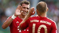Mario Mandžukič (vlevo) a Arjen Robben oslavují třetí gól v síti Fürthu