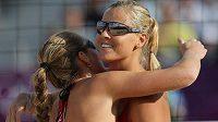 Plážové volejbalistky Kristýna Kolocová (vlevo) a Markéta Sluková oslavují získaný bod v duelu s brazilským párem Talita, Antonelliová.