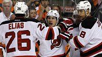 Patrik Eliáš, Zach Parise a Dainius Zubrus z New Jersey Devils se radují z gólu proti Philadelphii.