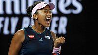 Japonská tenistka Naomi Ósakaová oslavuje v prvním setu finále Australian Open.