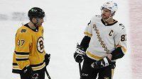 Hvězdy v akci. Patrice Bergeron z týmu Boston Bruins a Sidney Crosby z Pittsburghu Penguins si v zápase NHL měli o čem povídat. I kvůli vyostřené koncovce.