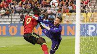 Belgičan Romelu Lukaku (vlevo) při střetu s českým gólmanem Tomášem Vaclíkem.