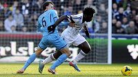 Útočník Swansea Bony Wilfried uniká Vladovi Chirchesovi z Tottenhamu.