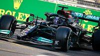 Pilot Mercedesu Lewis Hamilton při Velké ceně Ázerbájdžánu v Baku.