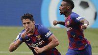 Luis Suarez (vlevo) oslavuje svůj první gól po koronavirové pauze