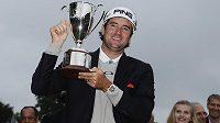 Americký golfista Bubba Watson s trofejí pro vítěze turnaje Travelers Championship.