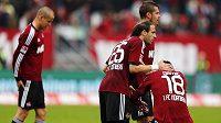 Josip Drmič truchlil s Adamem Hlouškem (vlevo), Javierem Pinolou (25) a Perem Nilssonem nad sestupem Norimberku, ale může vyhlížet světlejší zítřky v Leverkusenu.