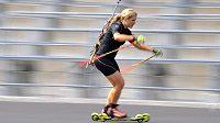 Gabriela Soukalová v tréninkové zátěži na kolečkových lyžích.