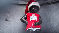 Červený atletický dres Emila Zátopka si do chladného bruselského odpoledne 26. prosince 2019 oblékla slavná socha čůrajícího chlapečka.