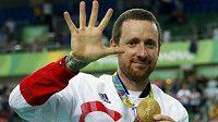 Bradley Wiggins pózuje se zlatou medailí.