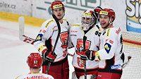 Královéhradečtí hokejisté slaví vítězství na ledě Mladé Boleslavi. Zleva Karel Plášil, brankář Ondřej Kacetl a Bohumil Jank.