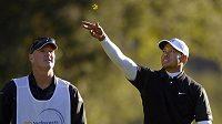 Tiger Woods na golfovém turnaji Northwestern Mutual World Challenge s pomocí trávy kontroluje směr větru.